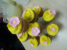 Cupcakes #Enredados también puedes colocar flores naturales de distintos colores y tamaños para decorarlos