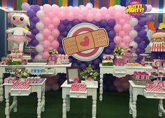 Balloons wall dr.mc Stuffins, pared de globos doctora juguetes por Tutti Party, candie table @2cute, decoracion con globos doctora juguetes Party ideas de.mc Stuffins