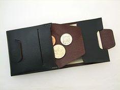 上質の革を使った財布なのに、ポケットに入れても型崩れしない薄さと、入れていることを忘れるほどの軽さ、さらに一方向から使える便利さと扱いやすい小銭入れも持つ夢のような二つ折り財布を紹介します。 Leather Pouch, Leather Men, Designer Backpacks, Leather Working, Leather Craft, Travel Bags, Smartphone, My Style, Handmade