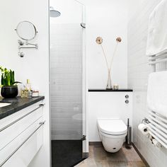 Badeværelset er ofte boligens dyreste rum at få sat i stand, Glass Bathroom, Bathroom Toilets, Bathroom Storage, Bad Inspiration, Bathroom Inspiration, Small Bathroom Layout, Sweet Home Design, Tiny Bathrooms, Space Interiors