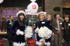 Mehrere bekannte Spieler sowie diese Cheerleader des American-Football-Teams aus Seattle helfen während der Weihnachtszeit der Heilsarmee beim Spendensammeln
