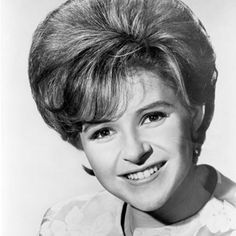 Singer Brenda Lee back in the day. Female Movie Stars, Brenda Lee, Classic Rock And Roll, Old Rock, Country Music Stars, Famous Singers, Black N White Images, 1950s Fashion, Vintage Hairstyles