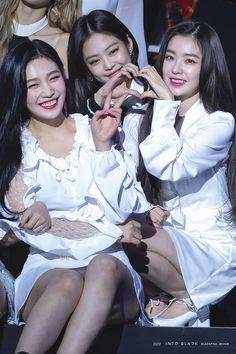 Red Velvet (Irene & Joy) and BlackPink (Jennie) Red Velvet Joy, Red Velvet Irene, Black Velvet, Jenny Kim, Jennie Blackpink, Kpop Girl Groups, Kpop Girls, Seulgi, Korean Girl
