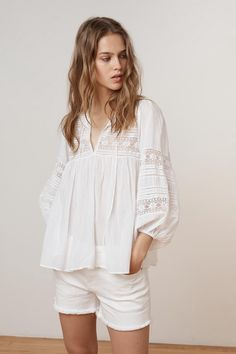 velvet peasant blouse summer style embroidered top white blouse Source by laurifaure summer White Blouse Outfit, White Peasant Blouse, White Cotton Blouse, Cotton Lace, White Blouses, Peasant Tops, Bohemian Tops, Girl Fashion, Boho Fashion