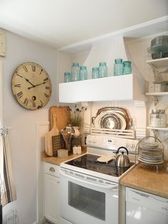 Shabby French cottage caught my eyes with his French Country kitchen and decor. Cozinha Shabby Chic, Shabby Chic Kitchen Decor, Retro Home Decor, Farmhouse Kitchen Decor, Country Kitchen, Kitchen Vignettes, Urban Farmhouse, French Kitchen, Farmhouse Chic