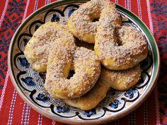 Mucenici moldovenesti impletiti - CAIETUL CU RETETE Romanian Food, World Recipes, Bagel, Sweets, Bread, Baking, Desserts, Moldova, Blog