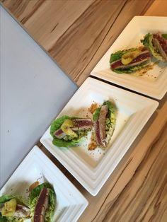 Salade de tataki de thon rouge au sésame Tartare d'avocat et mangue fraîche Sesame, Avocado Toast, Asparagus, Vegetables, Breakfast, Food, Tuna Tataki, Mango, Meal