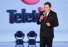 30 de Noviembre de 2012/SANTIAGO   Don Francisco, animador principal de esta Teleton da por inaugurada la jornada de 27 horas de transmisión interrumpida que busca recaudar mas de 22 mil millones de pesos.   Foto: FRANCISCO LONGA /AGENCIAUNO