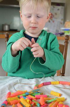 スレッドにパスタを絵画 - これはとても楽しいとクールfluroのパスタは偉大なネックレスを作りました!