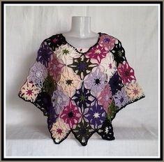 Mini Poncho de Crochê. Multicolorido Crochet Jacket, Crochet Blouse, Crochet Shawl, Crochet Granny, Crochet Top, Poncho Shawl, Moda Plus, Kids Hats, Crochet Accessories