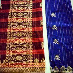 """Songket adalah jenis kain tenunan tradisional Melayu dan Minangkabau di Indonesia,Malaysia, danBrunei. Songket digolongkan dalam keluarga tenunan brokat. Songket ditenun dengan tangan dengan benangemasdanperakdan pada umumnya dikenakan pada acara-acara resmi. Benang logam metalik yang tertenun berlatar kain menimbulkan efek kemilau cemerlang.IstilahKatasongket berasal dari istilahsungkit dalam bahasa Melayu dan bahasa Indonesia, yang berarti """"mengait"""" atau""""mencungkil""""."""