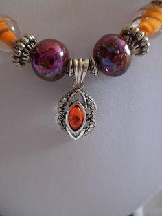Collier marron et orange, pendentif plaqué argent, céramique, pierre de gemmes.