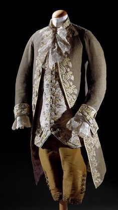 3-piece court suit, second half 18th century. Green patterned silk lavishely embroidered with naturalistic floral motifs in coloured silks; waistcoat: cream silk satin richely embroiderd with floral motifs.
