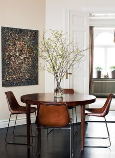 The art, those gorgeous leather chairs, the big giant centerpiece. I LOVE everything about this room!