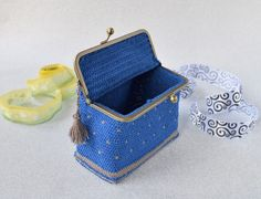 Materials: – Alize aura 100 m (blue colour) – Alize forever 50 m (silver color) – crochet hook – a pair of scissors, a sewing needle, a silver clutch purse frame х cm) Clutch Purse, Coin Purse, Silver Clutch, Needlecrafts, Casket, Crochet Hooks, Silver Color, Pairs, Purses