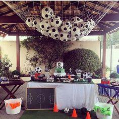 Que lindo para o tema Futebol! As lembrancinhas foram as bolas... Imagina se as crianças amaram? imagem @kikidsparty Decor @miscoloresmimos! #Loucaporfestas #festafutebol #futebol