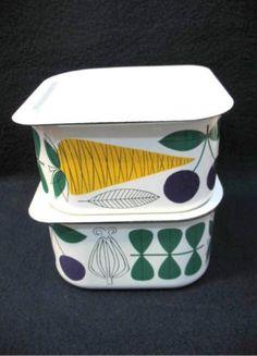 Finel Vegeta Containers. Design Esteri Tomula. Scandinavian Kitchen, Scandinavian Design, Vintage Pyrex, Vintage Kitchen, Coffee Cup Design, Enamel Ware, Kitchen Ware, Ceramic Design, Displaying Collections