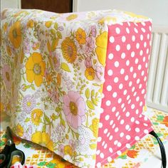 Sewing Machines Sewing machine cover - 50 Ways To Upcycle Old Bed Sheets And Curtains - You won't believe how much you can do with an old piece of fabric. Vintage Floral Fabric, Vintage Fabrics, Vintage Sewing, Old Bed Sheets, Baby Sheets, First Sewing Projects, Sewing Ideas, Sewing Tips, Sewing Crafts