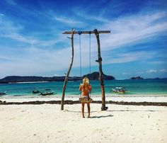 #Lombok #explore #explorelombok #discover #travel #traveller #photography #beach #beach #tanjungann #brownie #blonde #longhair #whitesand #sand #turquoise #sea #endlichbraun #zuvielealgen #swing #swiningatthebeach #seesaw #swingset #badhair #semesterabroad #paradise #lifeisbetteronthebeach #bikini #niceview #paradisefeeling ##