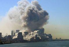 Quando os aviões se chocando contra as torres, 24.000 galões de combustível de jato acendeu um fogo que se espalhou para 100.000 toneladas de resíduos orgânicos e 230.000 litros de transformadores, aquecimento e diesel óleos nos edifícios, desencadeando uma pluma tóxica gigante de fuligem e poeira pulverizado materiais de construção.  - Carroll, Pat