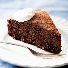Rich quinoa chocolate cake - This decadent chocolate cake tastes so fantastic that you won't believe how many healthy ingredients are inside. Quinoa Chocolate Cake, Quinoa Cake, Decadent Chocolate Cake, Gluten Free Chocolate, Healthy Chocolate, Chocolate Desserts, Healthy Cake, Healthy Dessert Recipes, Cake Recipes