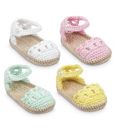 Crochet baby booties are all the craze with mothers these days. View our large selection of crochet booties here!This Pin was discovered by JudBaby Girl : Shower me with Love Baby Girl Sandals, Crochet Baby Sandals, Booties Crochet, Baby Girl Crochet, Crochet Baby Clothes, Crochet Shoes, Crochet Slippers, Häkelanleitung Baby, Baby Shoes Pattern