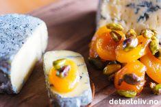 Sukkerglaserte, bløte aprikoser og pistasjnøtter smaker virkelig nydelig til gode oster! Her servert sammen med Tingvollosten Vismann, som er en veldig god og kremaktig blåskimmelsost. Osten vantsølvmedalje under World Cheese Awards i Storbritannia i 2013, og er vel verdt den internasjonale anerkjennelsen. Uansett hvilken ost du velger, er dette deilig tilbehør som er lett å lage!