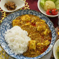 汗とスプーンが止まらない!「マーボーカレー」は刺激的なハイブリッドレシピ Healthy Cooking, Cooking Recipes, Curry Stew, Tasty, Yummy Food, Japanese Food, Food Videos, Macaroni, Spices