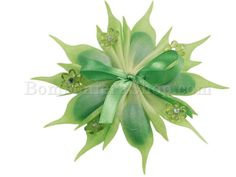 Bellissima coccarda in tonalità verde.. con fiorellini in cristallo acrilico.. che donano eleganza alla bomboniera!!!