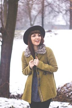 wide brimmed hat + coat with faux fur collar