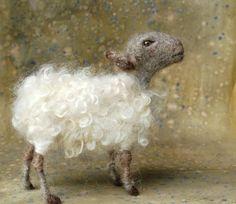 Day 9: Needle Felted Gray and White Sheep von SarafinaFiberArt