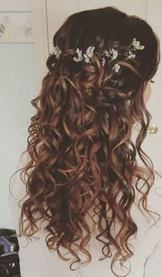 To have beautiful curls in good shape, your hair must be well hydrated to keep all their punch. You want to know the implacable theorem and the secret of the gods: Naturally curly hair is necessarily very well hydrated. Wedding Hairstyles For Long Hair, Loose Hairstyles, Wedding Hair And Makeup, Bride Hairstyles, Bridal Makeup, Chinese Hairstyles, Hair Wedding, Boho Wedding, Curly Hair With Bangs