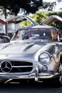 Mercedes-Benz SL (alas de gaviota) , un auto de los mas deportivos y elegantes de su época ademas de que fue campeón en sus tiempos de gloria.