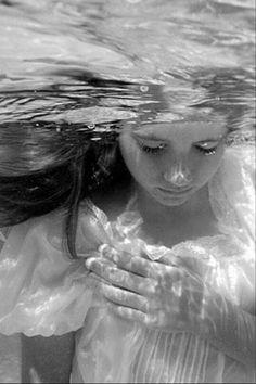 """ÖLMEDİĞİMİ SANMA / YENİ ŞİİRİM  Günlerce, gecelerce bekledim seni Ne gündüzün aydınlığı,  ne gecenin karanlığı yok edemedi giderken gözlerimde bıraktığın seni…  Gittin ya… Önce kalemime küstüm, sonra sesime… Bende sevdiğin ne varsa birer birer koydum bir kenara Derlerdi de inanmazdım  """"Hasrete düşünce penceresiz kalırmış odalar"""" Ve ne zaman baksan,  seni değil de """"Bir cenazeyi gösterirmiş aynalar""""  Birer birer solarmış yüreğinin çiçekleri Kalbin yanarken,  ruhun üşürmüş  Kim sorsa """"Neyin…"""