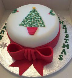 Christmas tree cake Mini Christmas Cakes, Christmas Cake Designs, Christmas Cake Decorations, Christmas Sweets, Holiday Cakes, Christmas Cooking, Christmas Tree, Cake Pop Displays, Pink Sweets
