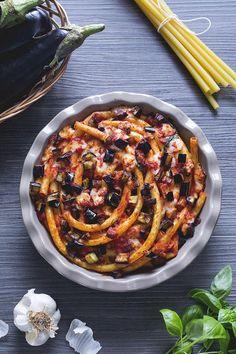 La domenica a pranzo c'è solo un piatto che si vorrebbe vedere in tavola: la #pasta al #forno! Gli #ziti al forno ne sono una variante, con questo formato di pasta spesso e resistente che si amalgama alla perfezione dìcon il #condimento di #melanzane! #ricetta #GialloZafferano #italianrecipe #italianpasta
