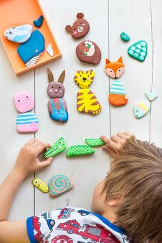 Cheap DIY idea from natural materials - painting stones - sweet game idea for children a mix and match puzzle with colorful animals Arts And Crafts House, Easy Arts And Crafts, Diy And Crafts, Art Ideas For Teens, Diy For Kids, Crafts For Kids, Sweet Games, Art And Craft Videos, Drawing For Kids