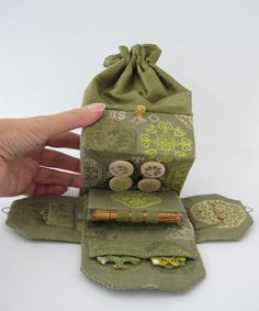 Sewing Cushion Quaker Sewing Bag Online Tutorial from Amy Mitten Designs Sewing Case, Sewing Box, Sewing Notions, Sewing Kits, Sewing Hacks, Sewing Tutorials, Sewing Patterns, Online Tutorials, Fabric Crafts