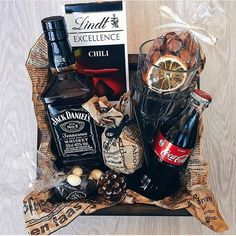 Gift Box For Men, Diy Gifts For Him, Diy Gifts For Boyfriend, Gifts For Friends, Homemade Gift Baskets, Homemade Gifts, Wine Gift Baskets, Christmas Gift Box, Homemade Christmas Gifts
