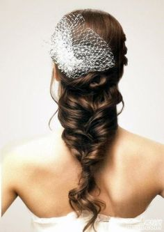 Coupe de cheveux de mariage : Tresse brune. wedding hairdo : braided dark hair.