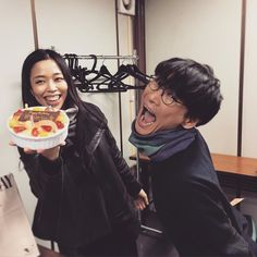 4月30日はサカナクション ベーシスト姐さんこと草刈愛美のお誕生日 ケーキを持ってくる係を務めた山口一郎と by sakanaction_jp
