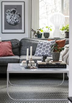 Grå soffa, grå matta, blå kudde