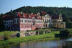 Es un castillo de Zbraslav. Está entre plaza y  un río Berounka. Es muy grande y bonito.