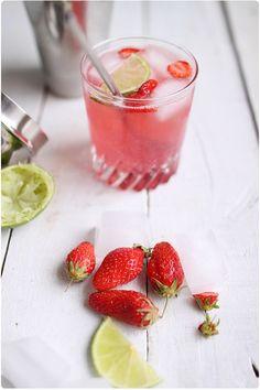 Bacardi cocktail (rhum + sirop grenadine + citron vert + eau gazeuse + fraises)