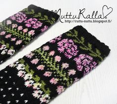 Mutturalla: Villakukkasukka Wool Socks, Knit Mittens, Knitted Gloves, Knitting Socks, Hand Knitting, Knitting Patterns, Wrist Warmers, Hand Warmers, Fair Isle Pattern