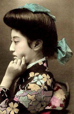 Geisha Teruha 照葉, real name Takaoka Chishou 高岡 智照 - Japan - Hand colored postcard - Vintage Pictures, Old Pictures, Old Photos, Japanese Beauty, Japanese Girl, Japanese Kimono, Japanese Photography, Osaka, Japan Photo