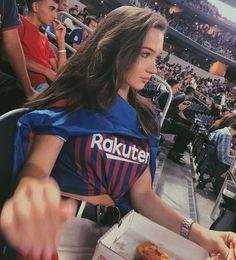 Hot Football Fans, Football Girls, Soccer Fans, Fc Barcelona, Barcelona Football, Soccer Game Outfits, Football Player Drawing, Soccer Couples, Kendall Jenner Gigi Hadid