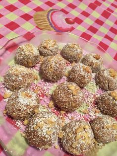 Trufas de COCO, DULCE DE LECHE Y NUEZ! •Picar 100 gr de nueces, mezclar con 100 gr de coco rallado, 200 gr de dulce de leche y hacer bolitas.• #cooking #sweet #trufas