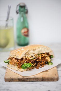 Pulled Pork Sandwich mit Möhrensalat   Zeit: 35 Min.   http://eatsmarter.de/rezepte/pulled-pork-sandwich-mit-moehrensalat