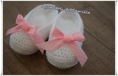 scarpine a uncinetto modello ballerine Kid Shoes, Baby Shoes, Decorated Shoes, Baby Sprinkle, Little Dresses, Baby Booties, Crochet Designs, Kids And Parenting, Baby Love